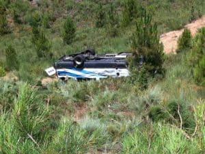 O autocarro caiu de uma ravina de 40 metros ficando imobilizado de rodas para o ar